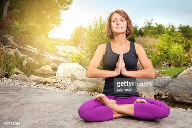 Mujer disfrutando de la mañana de meditación
