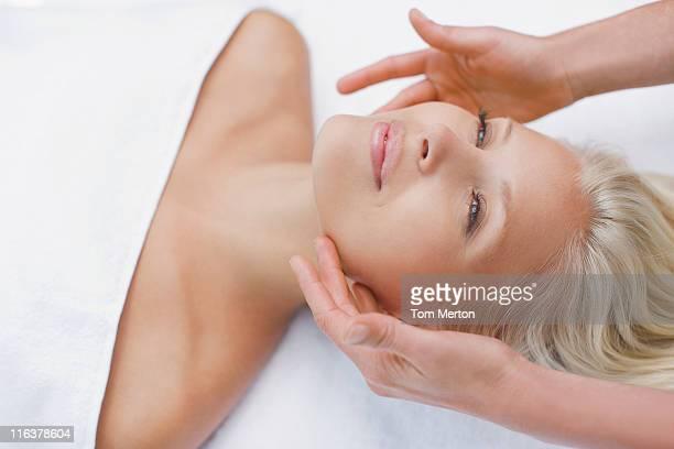 Femme profitant d'un soin du visage
