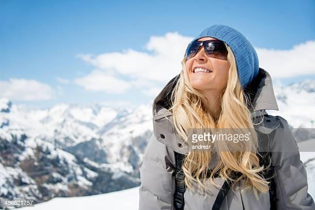 Donna godendo le vacanze invernali
