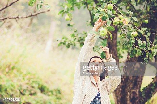 Mulher a gostar de no seu jardim