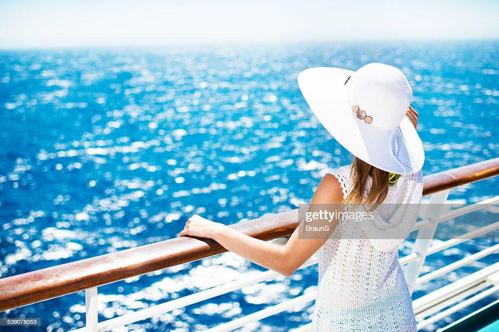 Mujer disfrutando de un crucero. : Foto de stock
