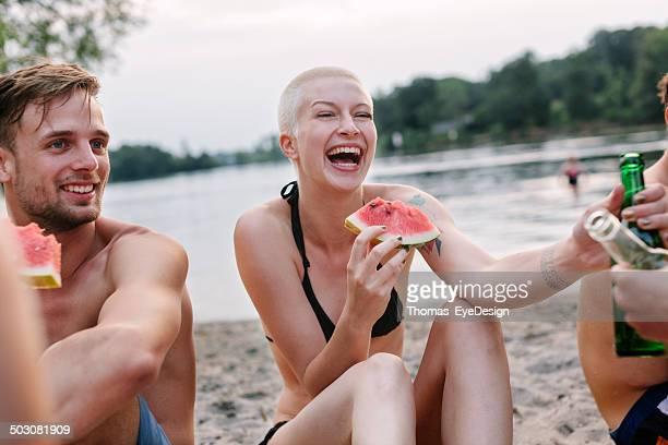 Frau genießen ein Picknick mit Freunden