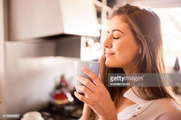 Frau Genießen Sie das aroma der Ihre Tasse Kaffee