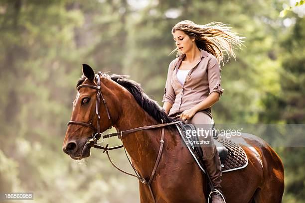 Frau genießen und reiten.