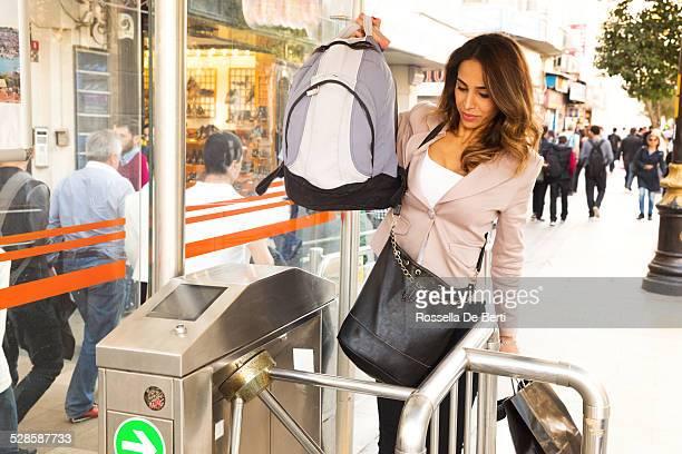 女性入力イスタンブールのトラム駅