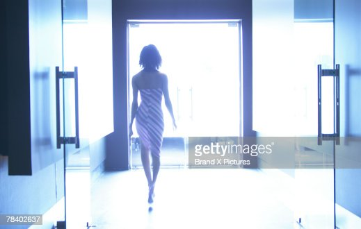 Woman entering nightclub : ストックフォト