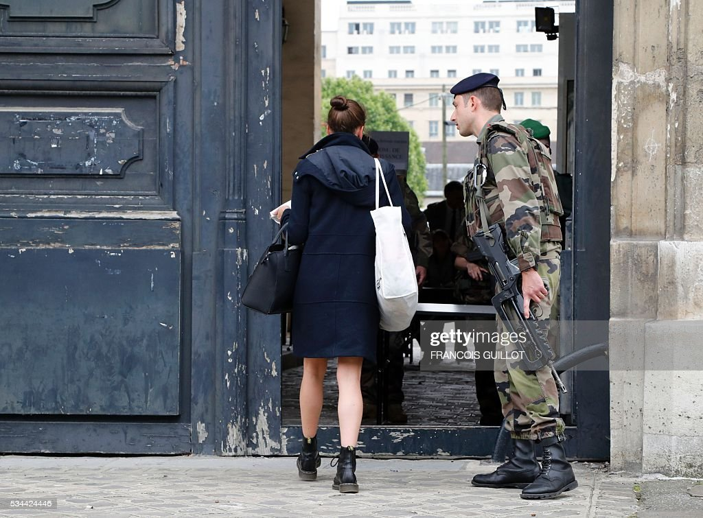 A woman enters the Ecole militaire in Paris where victims of November 13th Paris' attacks and their famillies arrived for a meeting with the investigating judge in charge of the inquiry into the attacks on May 26 2016. / AFP / FRANCOIS