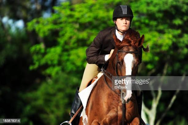 Femme Saut d'équitation sur cheval spectacle