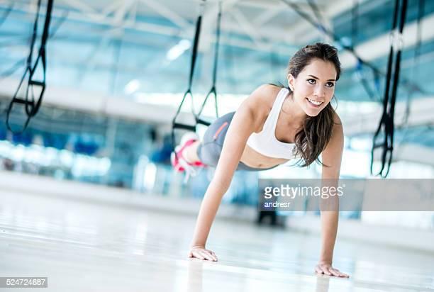 Femme faisant de l'exercice dans la salle de sport