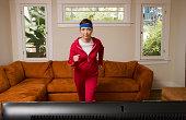 Donna esercizio davanti alla televisione