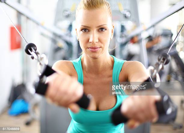 Frau trainieren Sie im Fitnessraum.