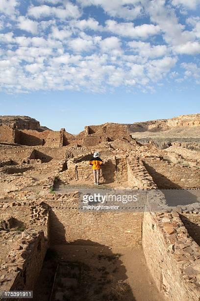 Frau zeigt im antiken Ruinen Chaco Canyon NHP