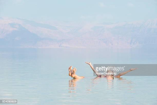 女性の死海に浮かんでいます。