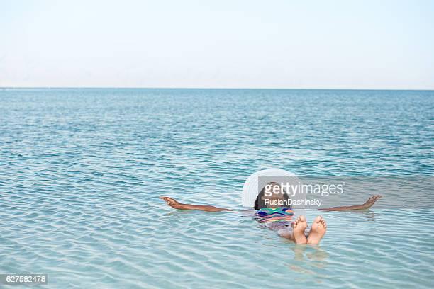 Frau schweben in Toten Meer.