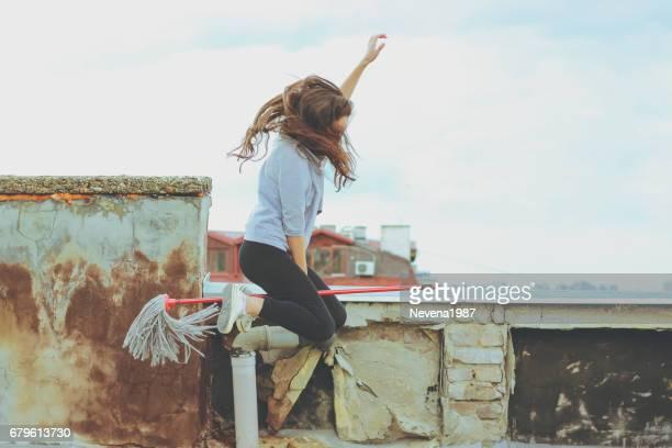 Vrouw vliegen op een bezem