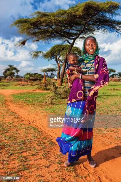 Femme de Borana tribe tenant son bébé, Éthiopie, Afrique