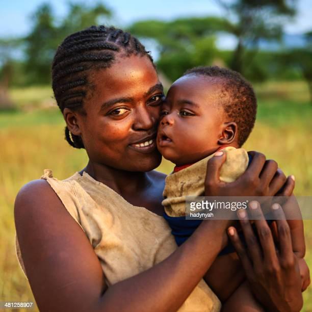 Tribu Samai mujer agarrando su bebé, Etiopía, África