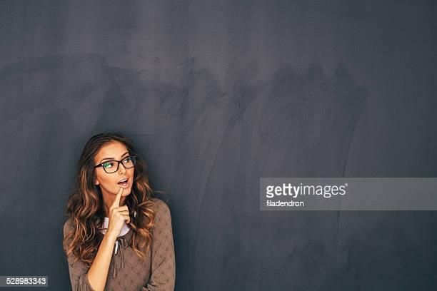 Frau vor einer Tafel