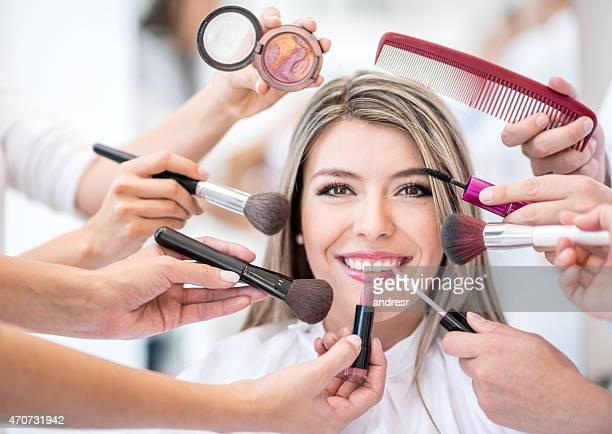 Frau, die immer ein Make-up-Look