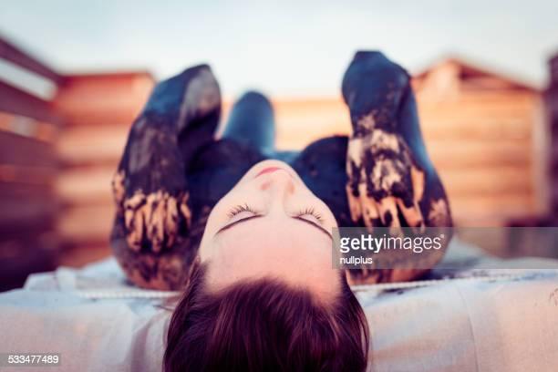 Femme obtenir un soin à la boue au spa en plein air