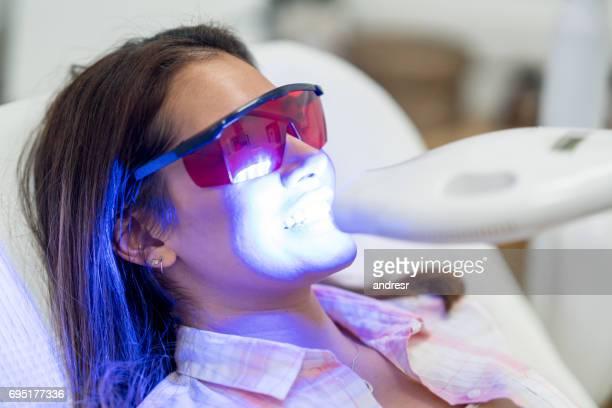 Vrouw laser tanden whitening