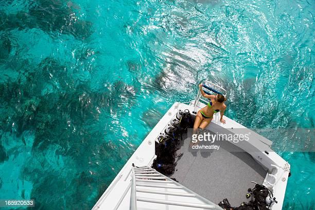 Frau Vorbereitung für einen Tauchausflug in die Karibik