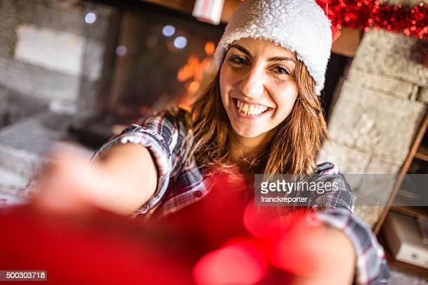Frau geben ein Geschenk für Weihnachten