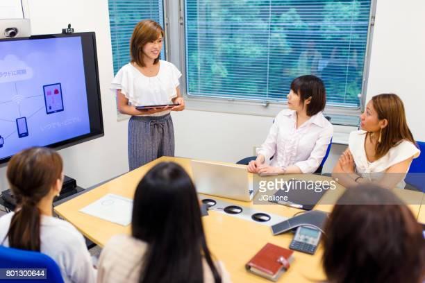 Frau hält einen Vortrag über ihre Cloud-basierte mobile Anwendung