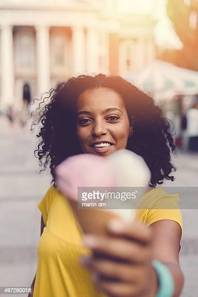 Femme donnant un cône de glace à la crème