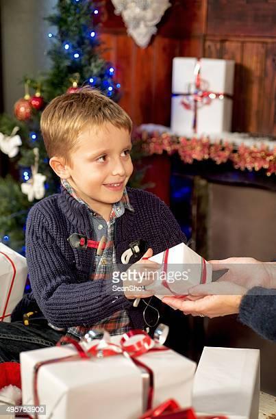 Frau geben ein Geschenk für ihren Sohn