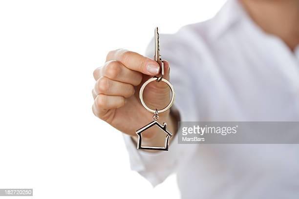 Femme, donnant les clés de la maison