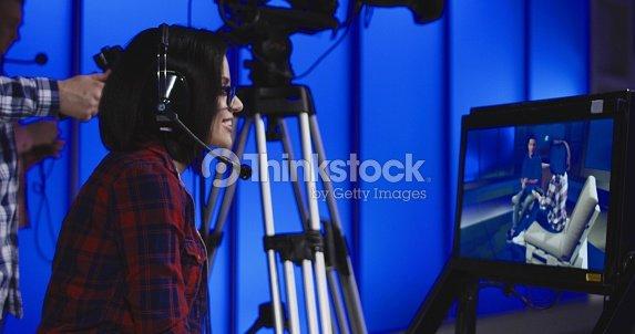 Mujer dando instrucciones en una redacción : Foto de stock