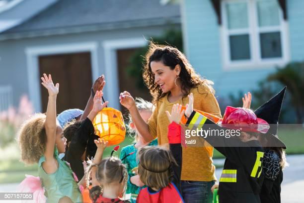 Femme donnant des bonbons pour les enfants-trick ou traiter