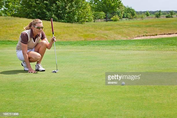 女性ゴルファーの準備を開始