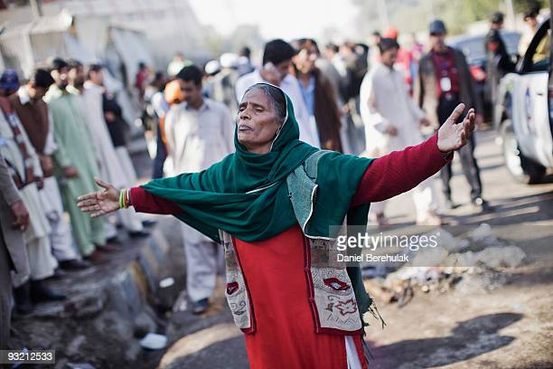 A woman grieves at the site of a suicide bomb blast on November 19 2009 in Peshawar Pakistan A suicide bomber detonated himself outside of a court...
