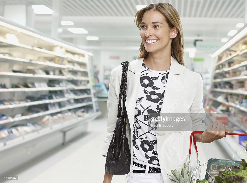 Woman grocery shopping : Bildbanksbilder