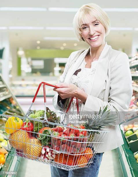 食料品ショッピングの女性