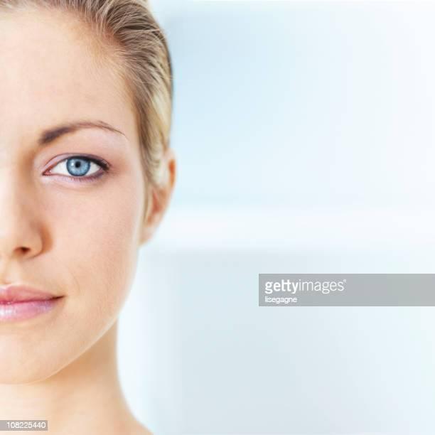 ハーフ顔の女性のクローズアップ