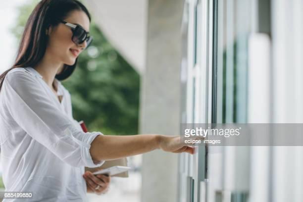 Frau Hand öffnen Tür