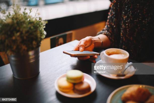 Femme ayant un café et des bonbons au café