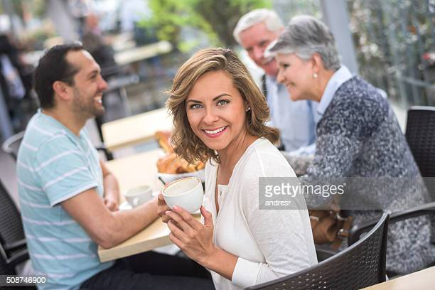 Frau trinken eine Tasse Kaffee im Café