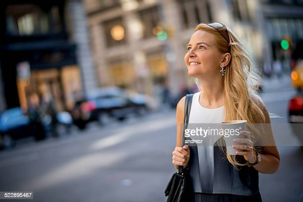 Donna avendo una tazza di caffè al mattino