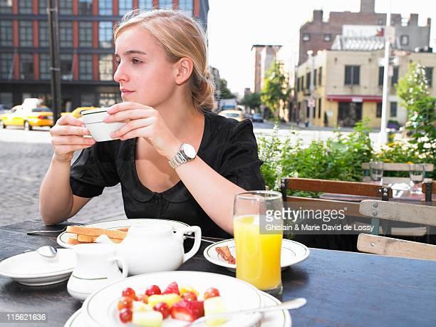 Mujer con un desayuno en el restaurante