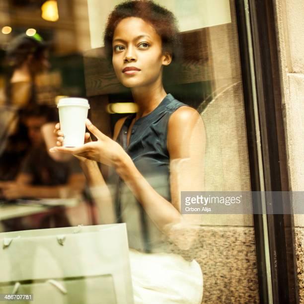 女性がニューヨークシティーでのコーヒー