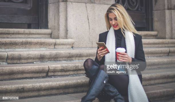 Frau mit Kaffee auf Schritte