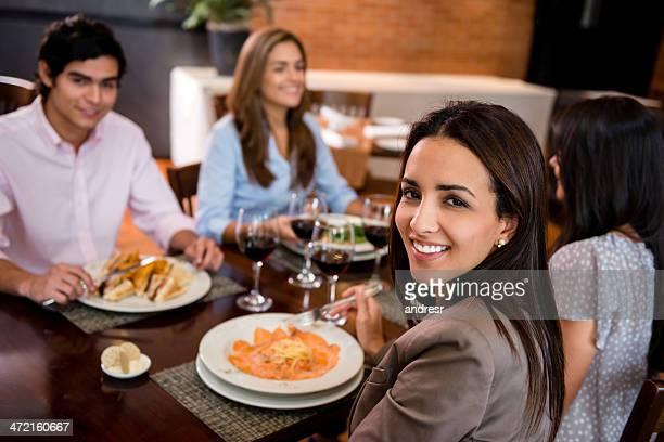 Donna avendo una cena con gli amici