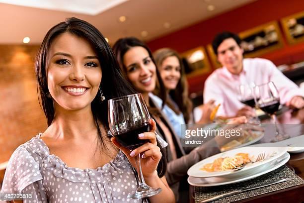 Femme ayant un dîner avec des amis