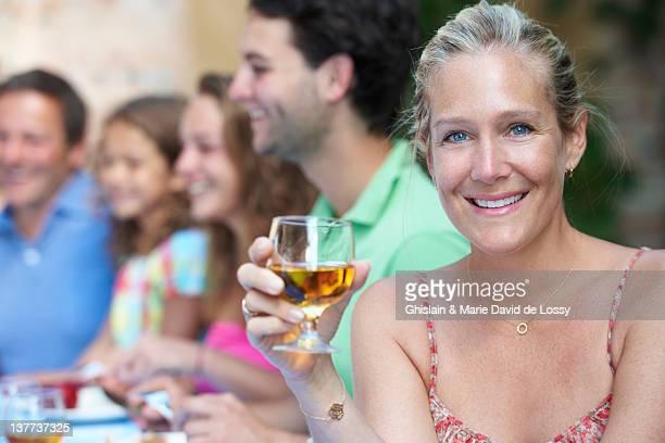Femme avoir une boisson à table en plein air
