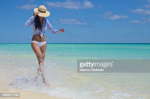 Woman having fun at the beach, Cayo Coco, Cuba. : Foto de stock