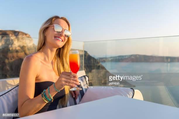 Femme s'amuser & buvant cocktail